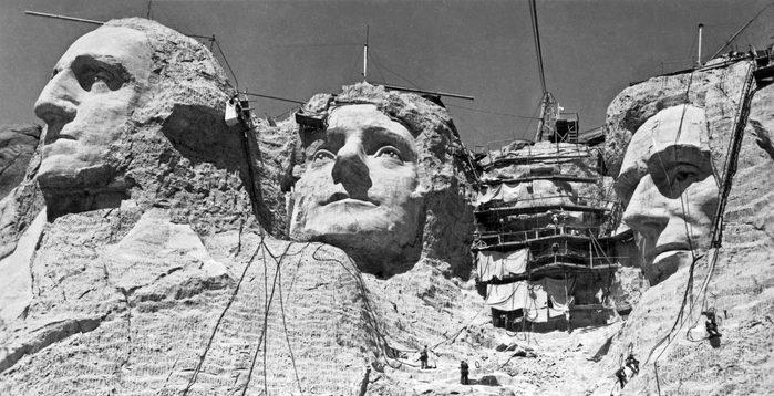 Monument célèbre : construction du Mont Rushmore aux États-Unis.