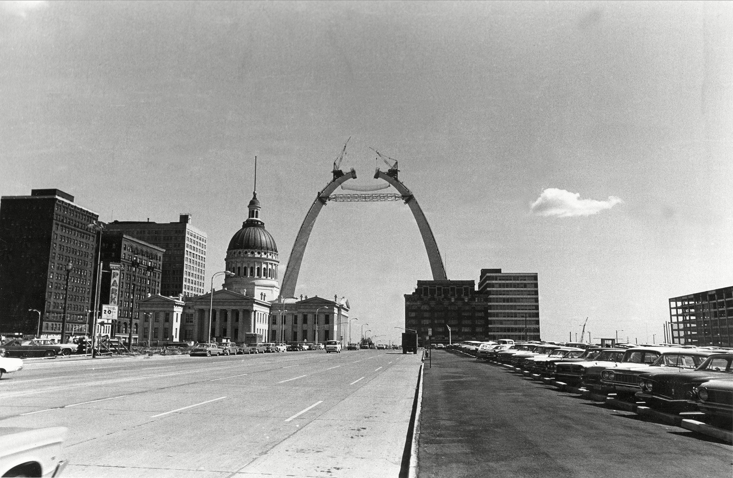 Monument célèbre : construction du Gateway Arch de la ville de Saint-Louis, au Missouri.