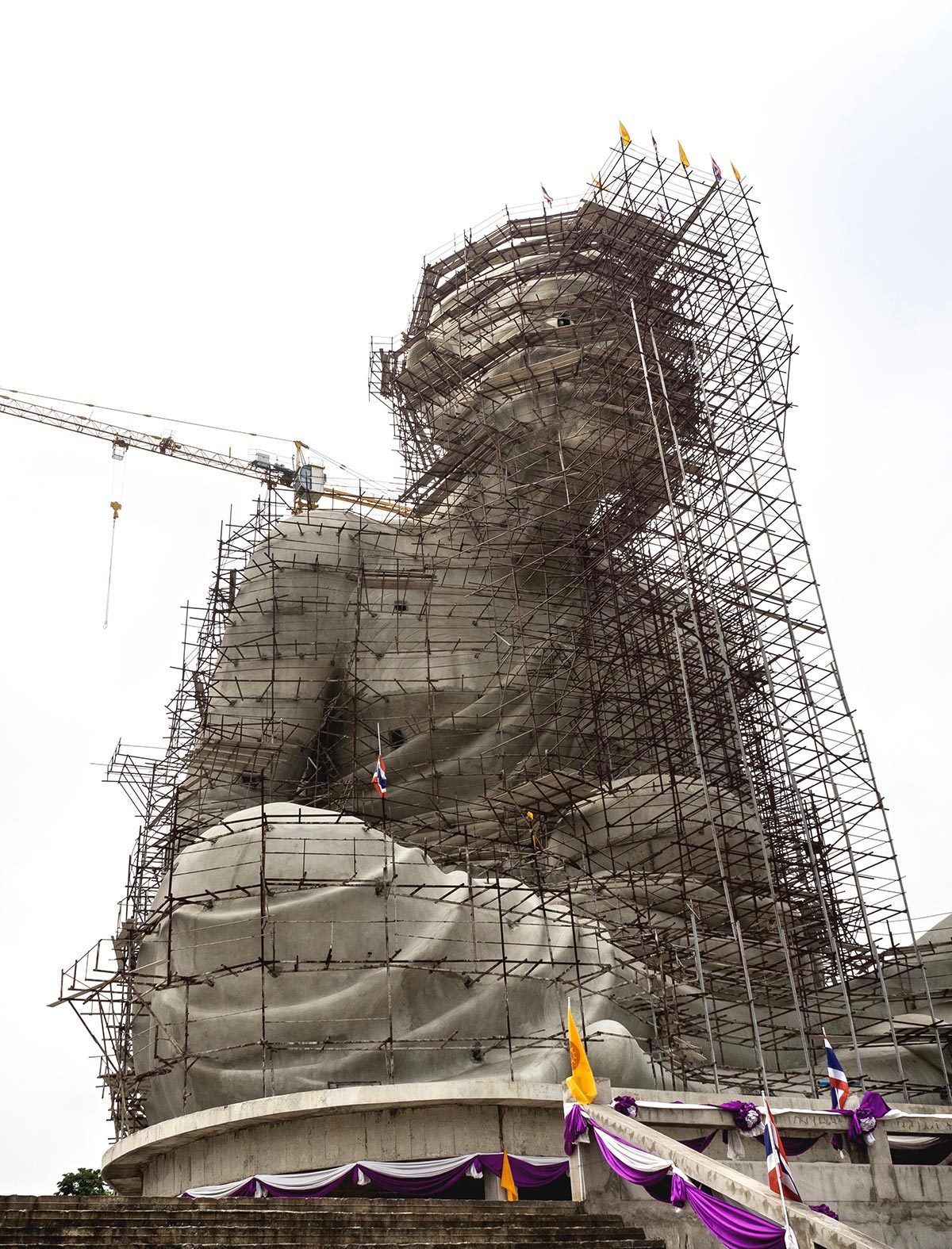 Monument célèbre : construction de la statue de Luang Pu Thuat en Thaïlande.