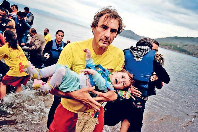 Oscar Camps dans l'île grecque de Lesbos, en 2015.