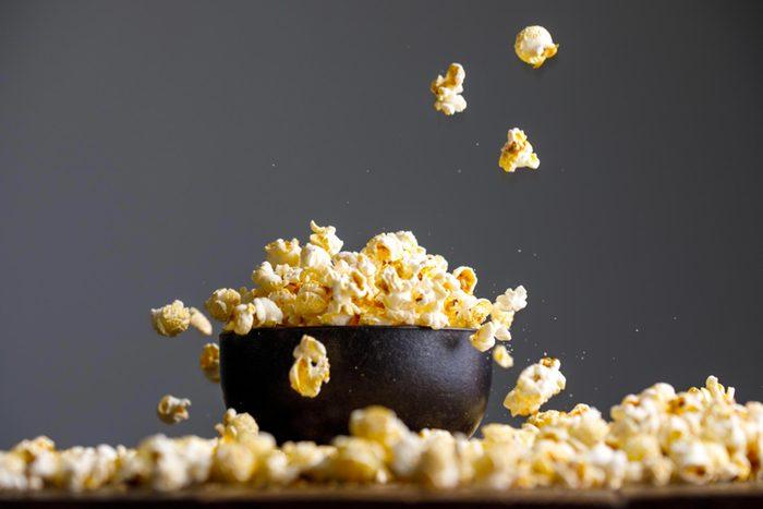 Pour perdre du poids, évitez le maïs soufflé au four à micro-ondes.