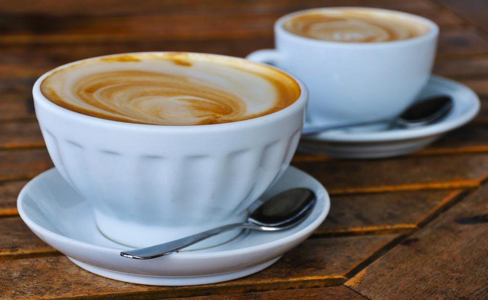 Pour un petit déjeuner équilibré, méfiez-vous des calories cachées dans le café.