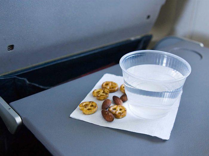 Lors de votre voyage en avion, ne mangez pas la nourriture tombée sur votre table-plateau.