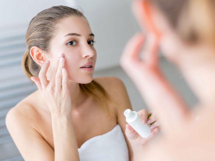 N'oubliez pas de vous mettre de la crème sur le visage avant votre voyage en avion.