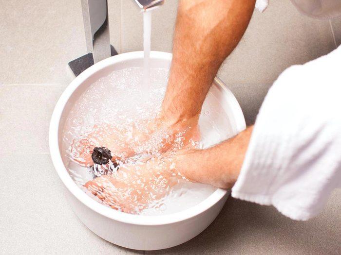 Conseils de podiatre : chassez les mauvaises odeurs avec un bain de pieds tiède.