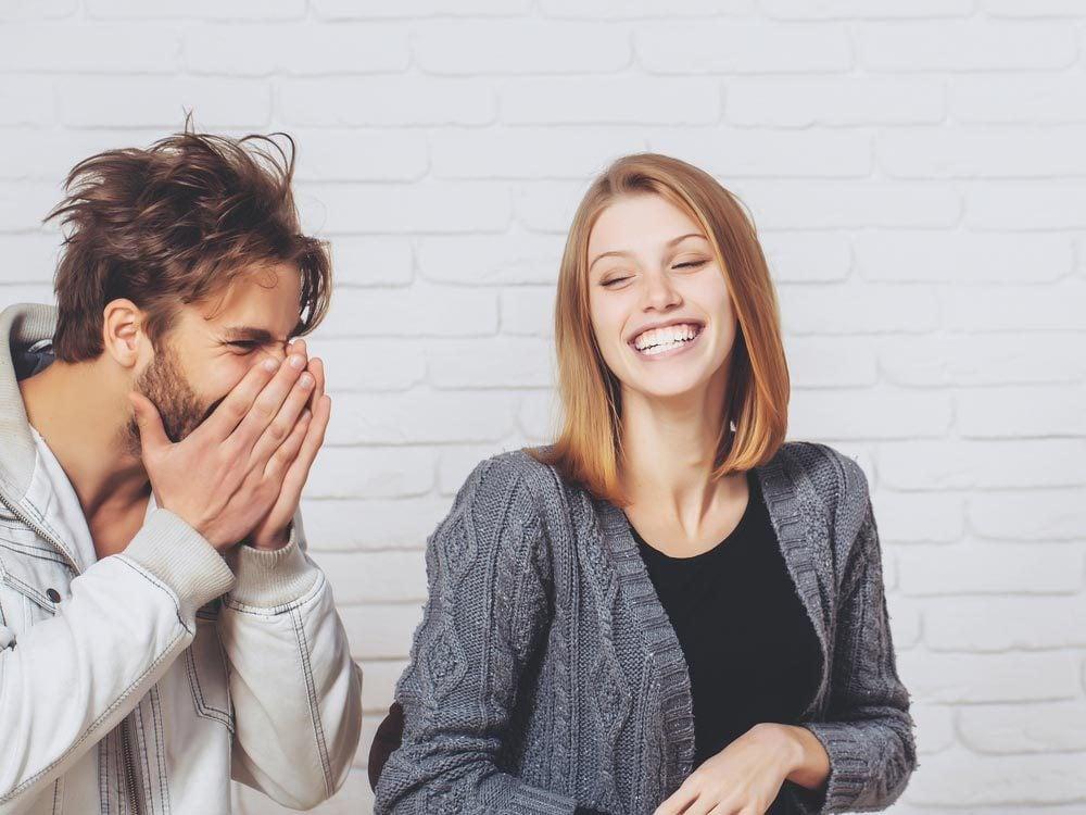 Lors d'un premier rendez-vous, essayez de le faire rire.