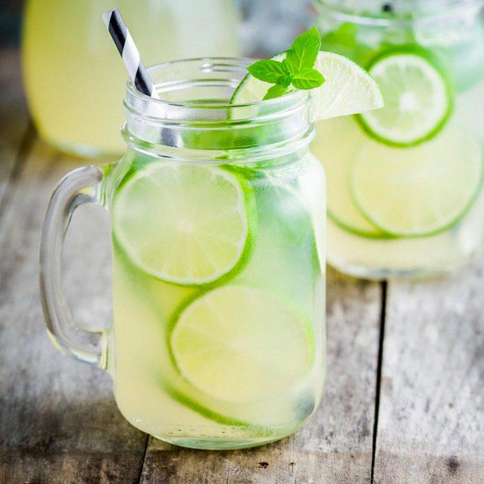 Sauver la planète : préparez vos boissons dans des pots Mason.