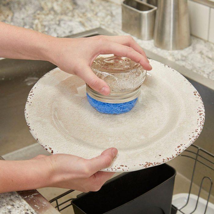 Sauver la planète : utilisez un pot Mason pour récurer la vaisselle.
