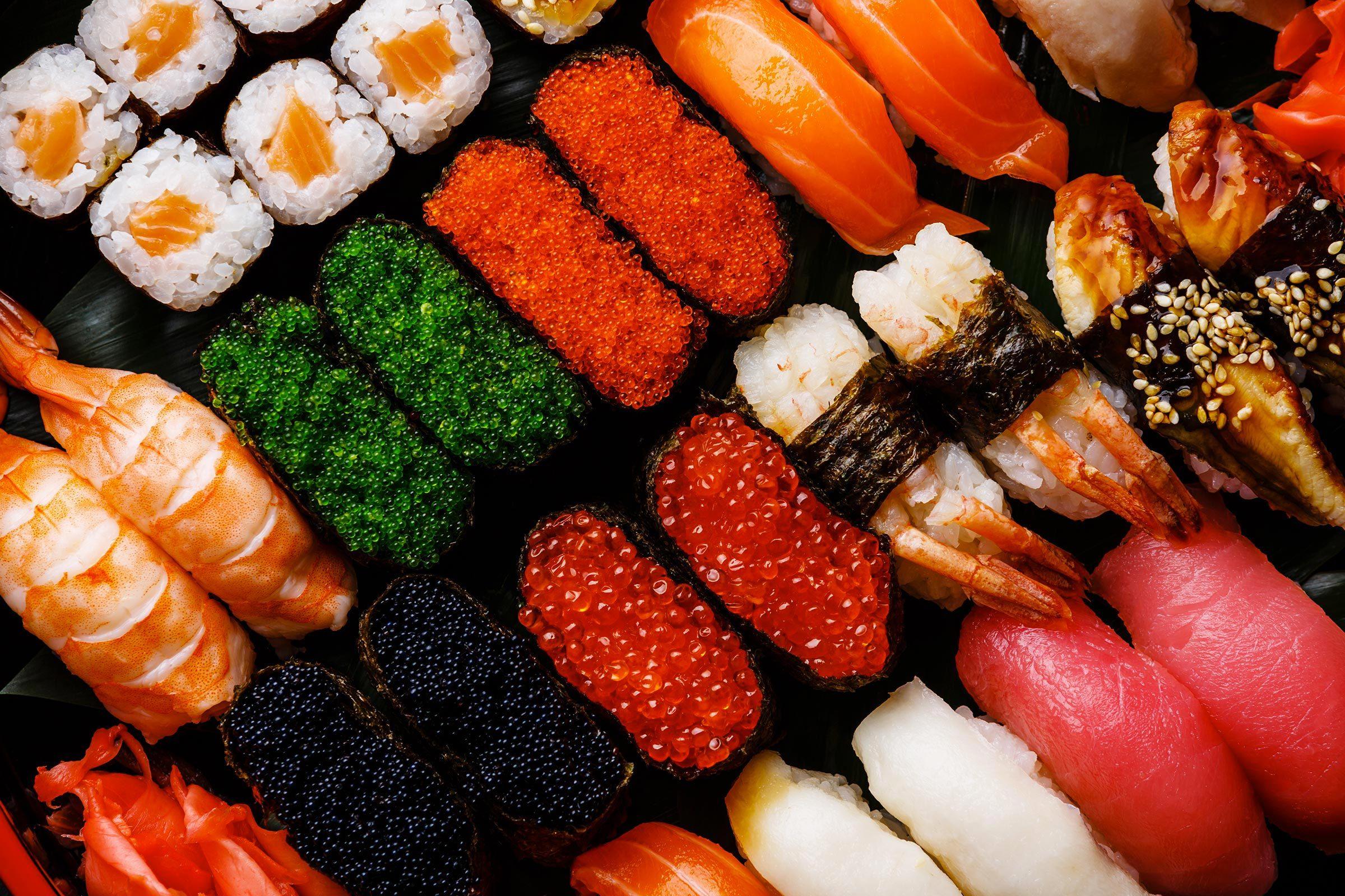 Mangez des sushis en petite portion.