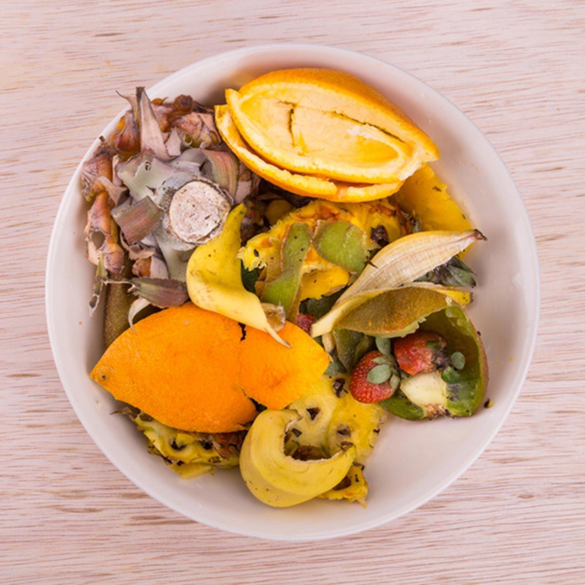 Trucs culinaires : servez-vous d'un bol de comptoir comme poubelle.
