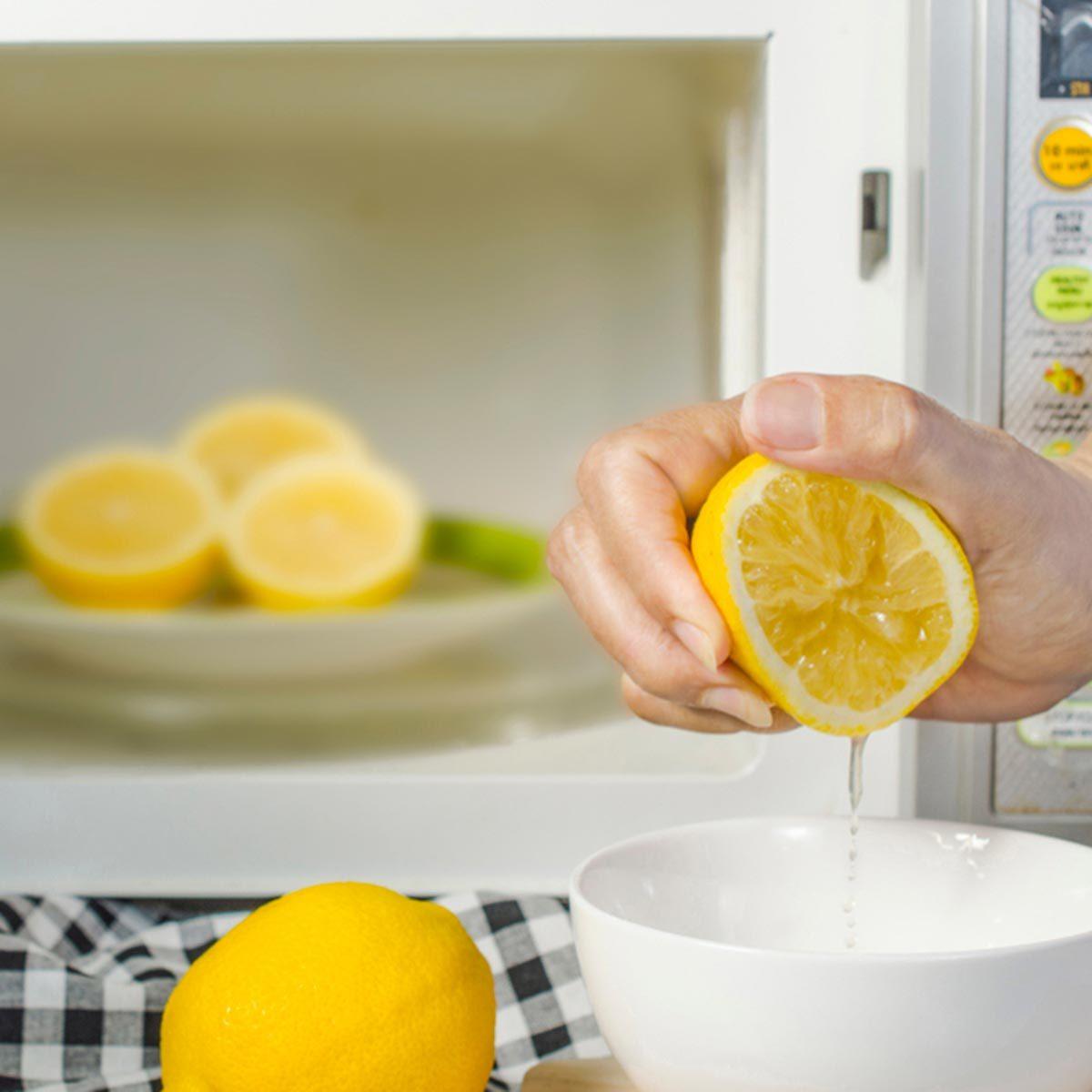 Trucs culinaires : faites votre jus de citron au micro-ondes.