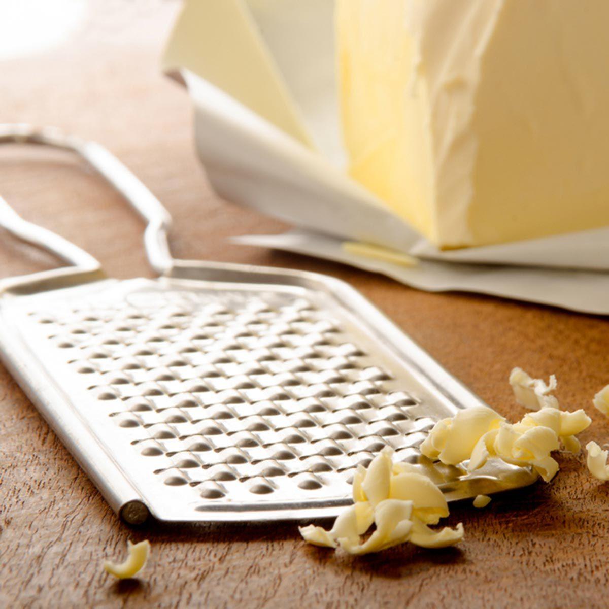 Trucs culinaires : pour une meilleure pâte à tarte, essayez la râpe à fromage.