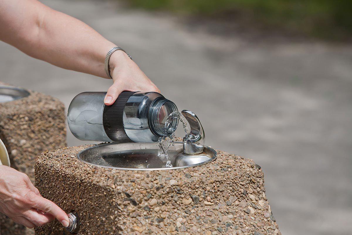 Trucs pour économiser : l'eau du robinet… c'est bien meilleur pour le portefeuille!