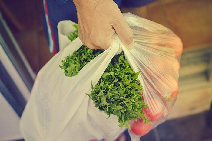 Trucs pour économiser : réutilisez vos sacs d'épicerie.