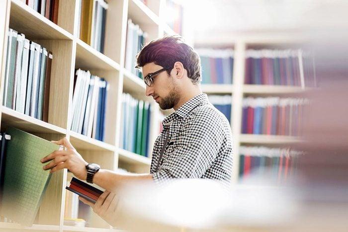 Trucs pour économiser : profitez de votre bibliothèque.