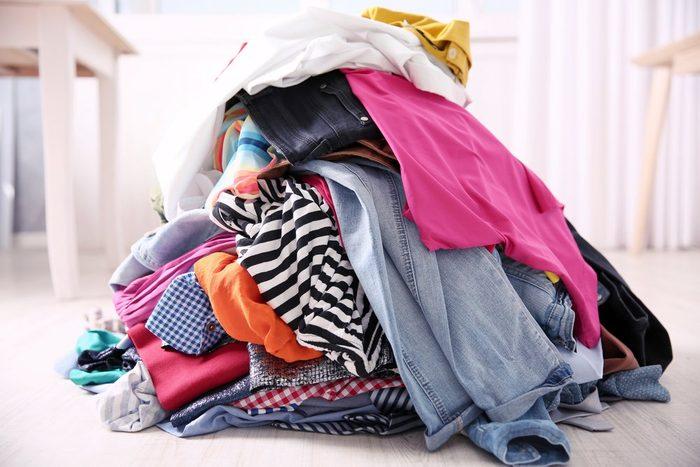 Le vinaigre blanc aide à fixer les couleurs lors du lavage des vêtements.