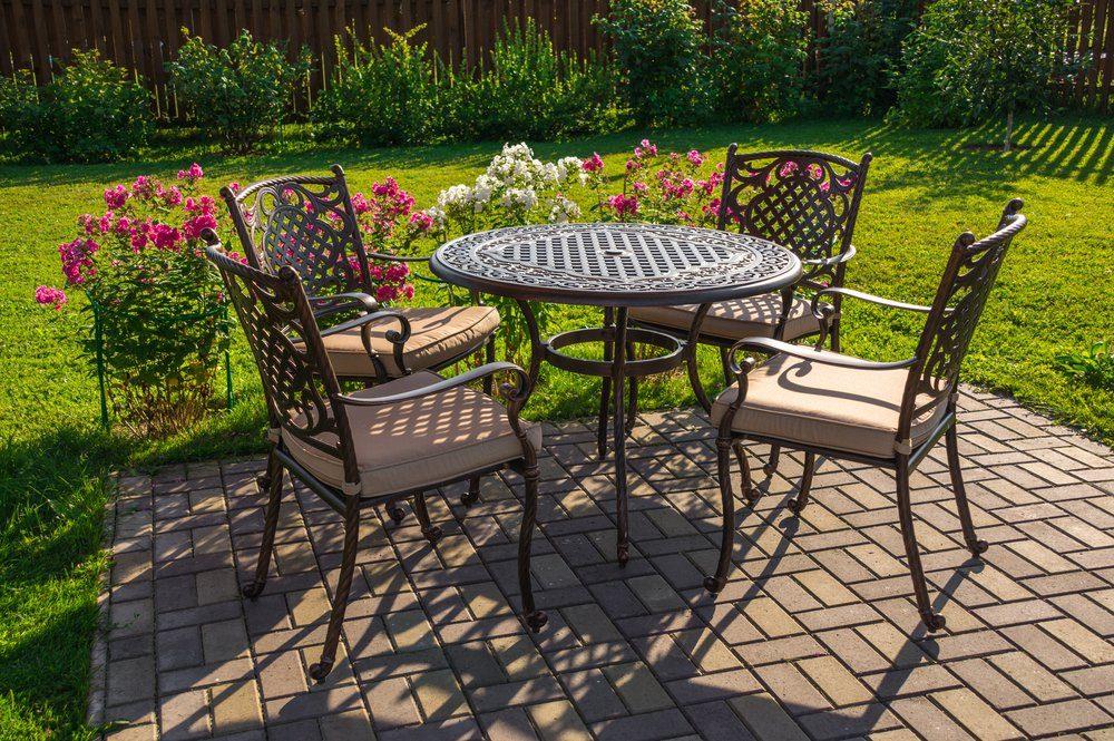 Le vinaigre est moins agressif que l'eau de javel pour nettoyer les meubles installés sur la terrasse.