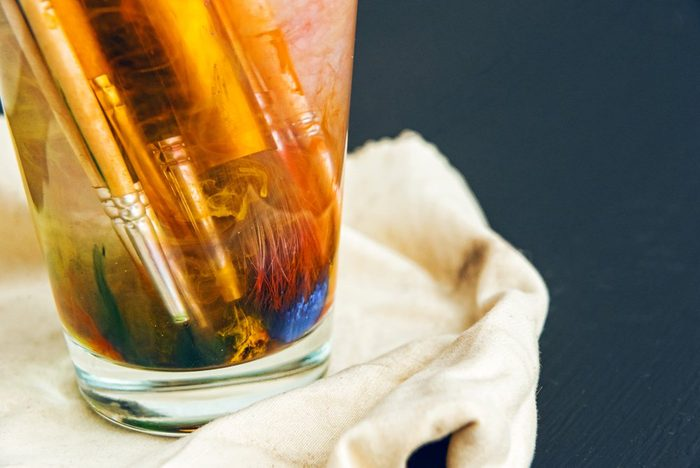 Le vinaigre pur permet de dissoudre la peinture séchée sur les pinceaux à poils synthétiques.
