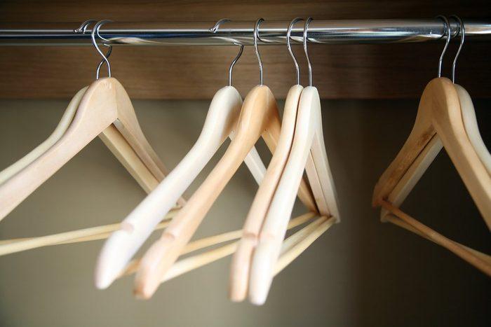 Grâce au vinaigre, on peut supprimer une odeur de moisi d'une armoire ou d'un garde-robe.
