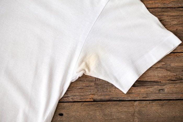 Le vinaigre blanc permet de blanchir des vêtements jaunis, par exemple, par la transpiration.