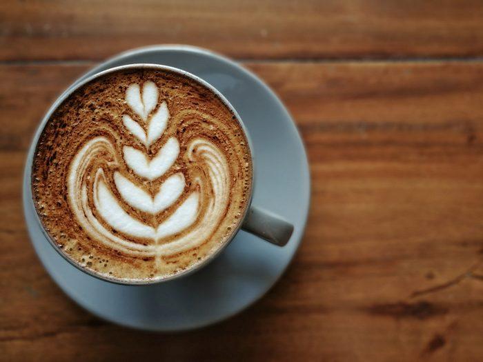 Boire du café avant de se coucher peut perturber le sommeil.