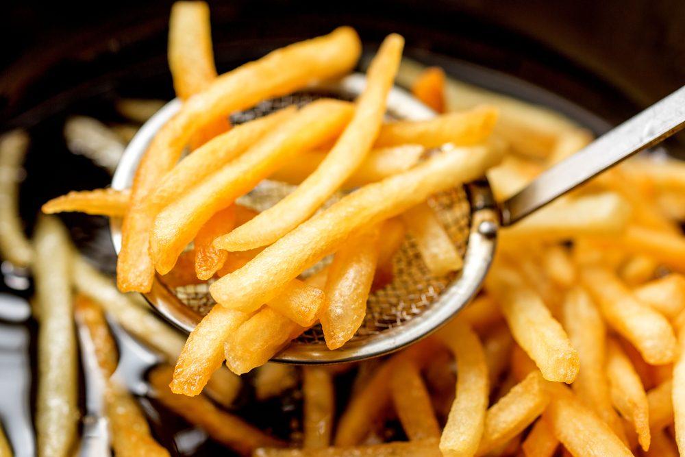Mieux vaut éviter de manger des aliments frits avant de se coucher.