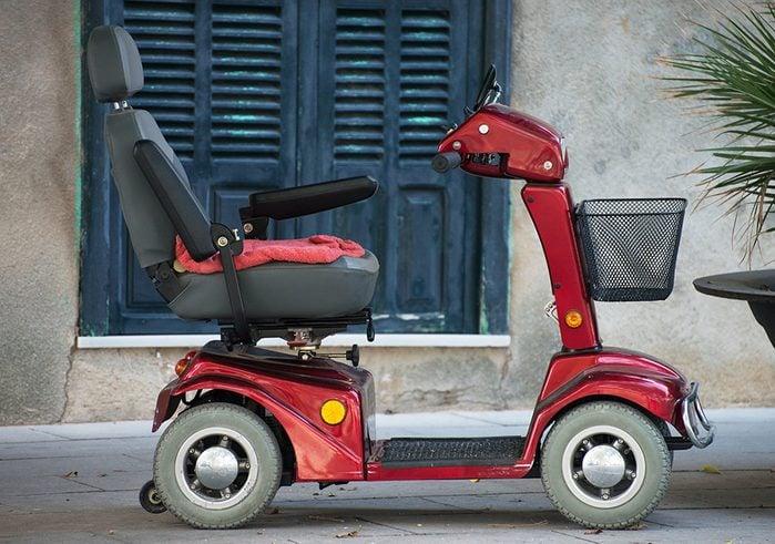 Le mérite de l'invention du fauteuil roulant motorisé moderne revient à l'ingénieur mécanicien canadien George Klein.