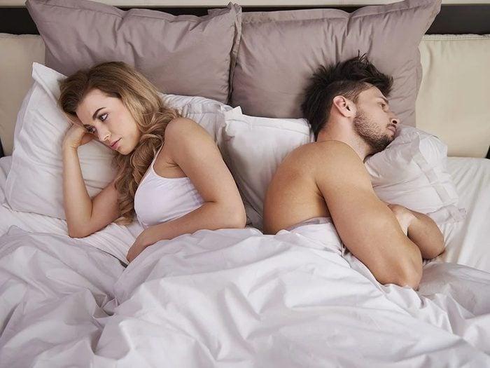 Le fait de partager le lit et le sommeil profond.