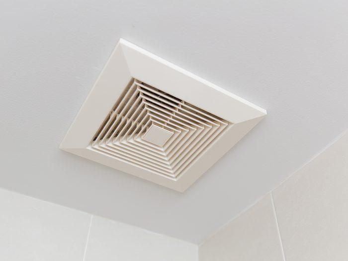 Faire fonctionner le ventilateur de la salle de bain pour rafraîchir la pièce.