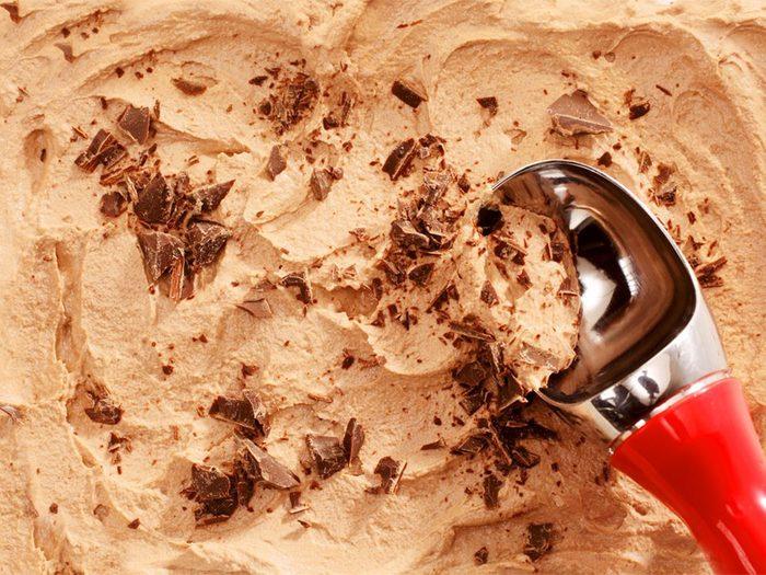 Il vaut mieux éviter de manger de la crème glacée au café avant de se coucher.