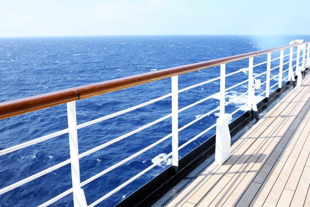 En croisière, il arrive que des passagers sautent par dessus bord.