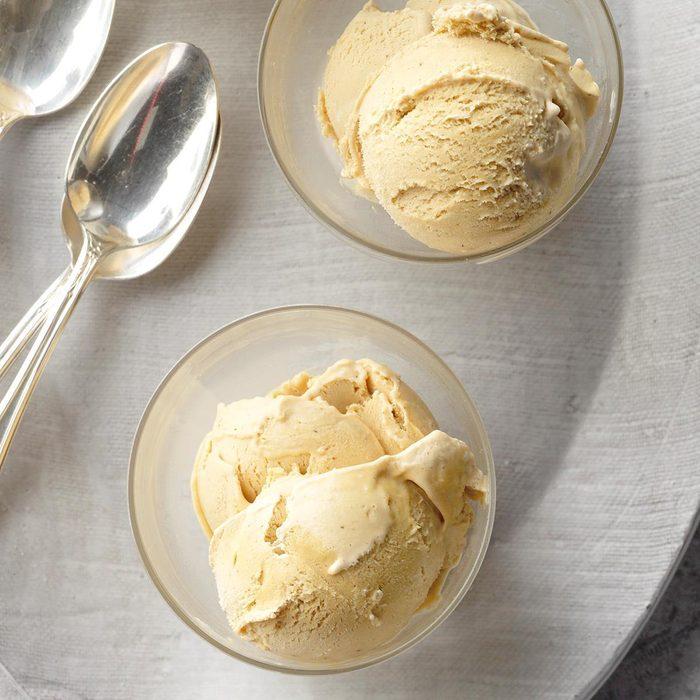 On peut facilement amolir la crème glacée au four à micro-ondes.
