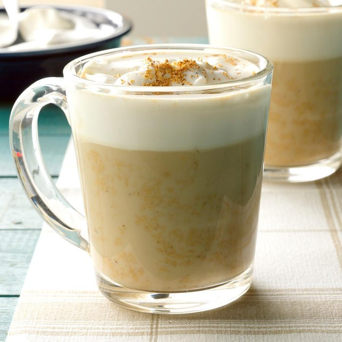 Utiliser le four à micro-ondes pour faire un café au lait mousseux.