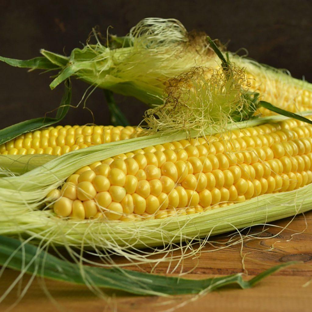 C'est facile de faire cuire les épis de maïs au four à micro-ondes.