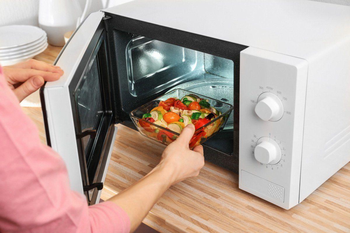 20 trucs au four micro ondes que chaque cuisinier. Black Bedroom Furniture Sets. Home Design Ideas