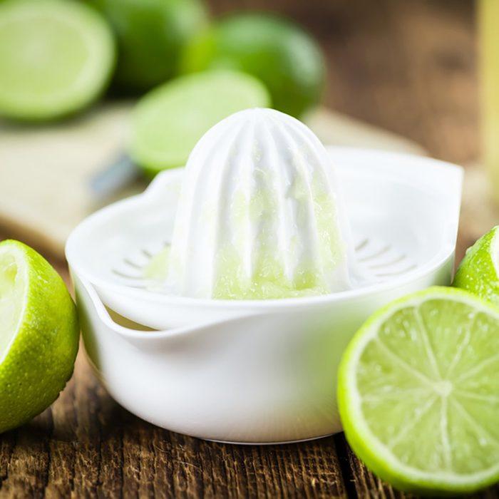 Tirer facilement le jus d'un citron grâce au four à micro-ondes.