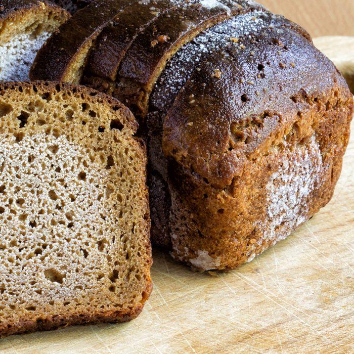 Raffraîchir un pain rassis avec le four à micro-ondes.