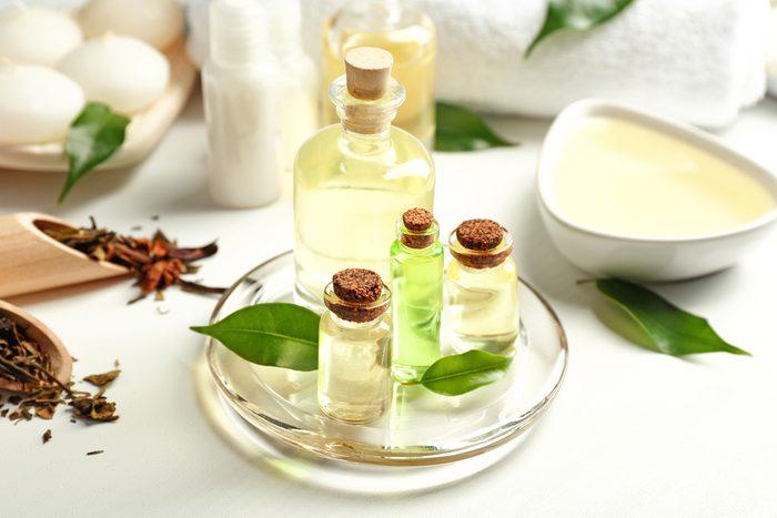 Plusieurs produits de beauté contiennent de l'huile essentielle d'arbre à thé.
