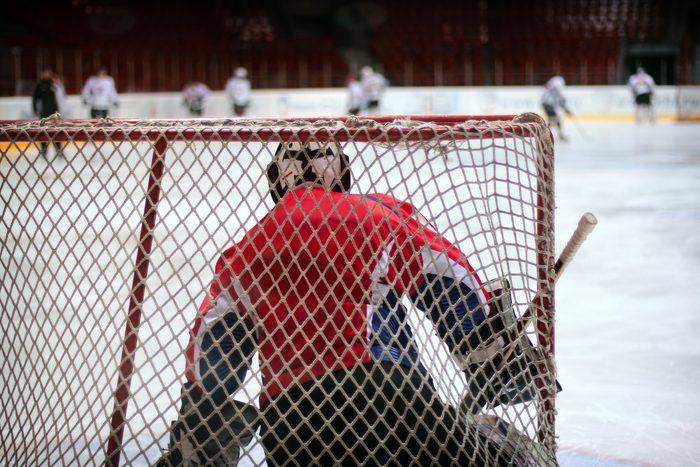 La coquille est portée par les hommes jouant au hockey.