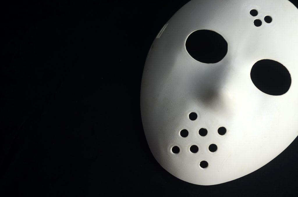 C'est le hockeyeur Jacques Plante qui a été le premier à porter un masque.