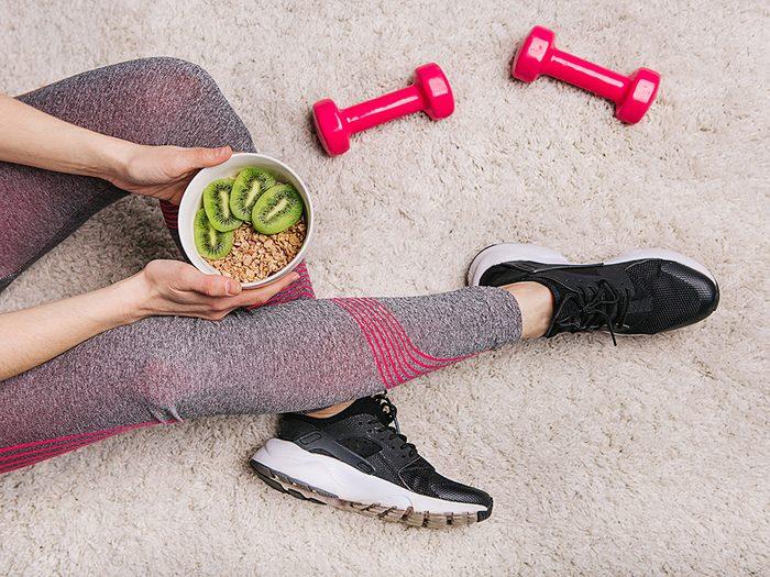 Manger avant ou après le sport: une réponse scientifique à cette question.