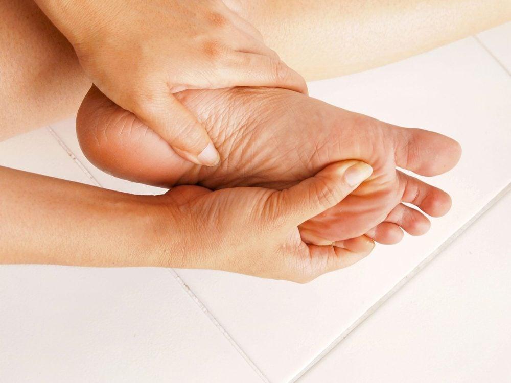 Une accentuation de la cambrure du pied peut indiquer une lésion neurologique.