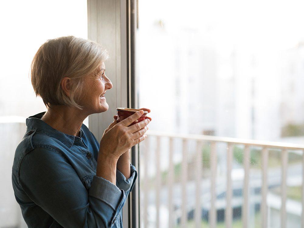 Gardez une attitude positive pour ralentir le vieillissement.
