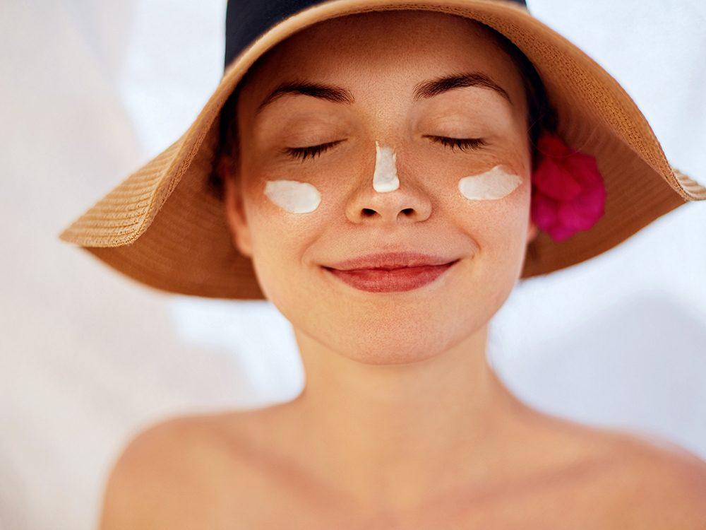 Protégez votre peau du soleil pour ralentir le vieillissement.