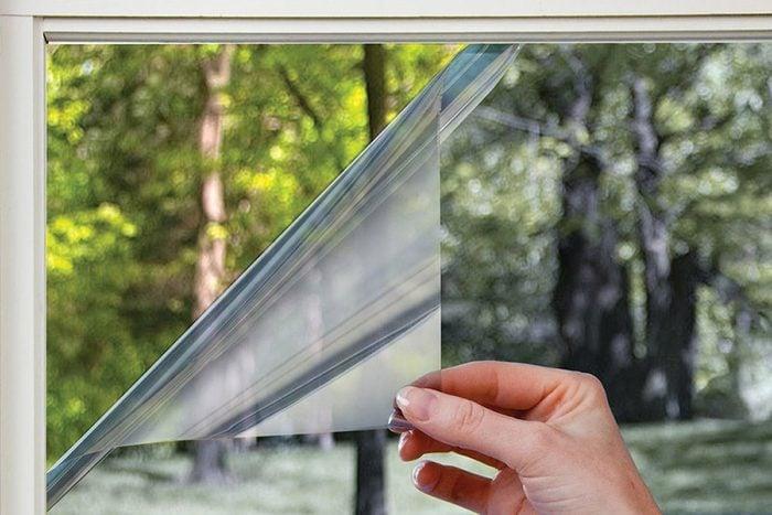 Vous pouvez refroidir une pièce sans clim en installant des pellicules pour fenêtres isolées.