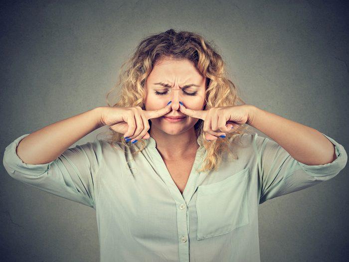 Pincer fermement le nez aide à arrêter le saignement du nez.