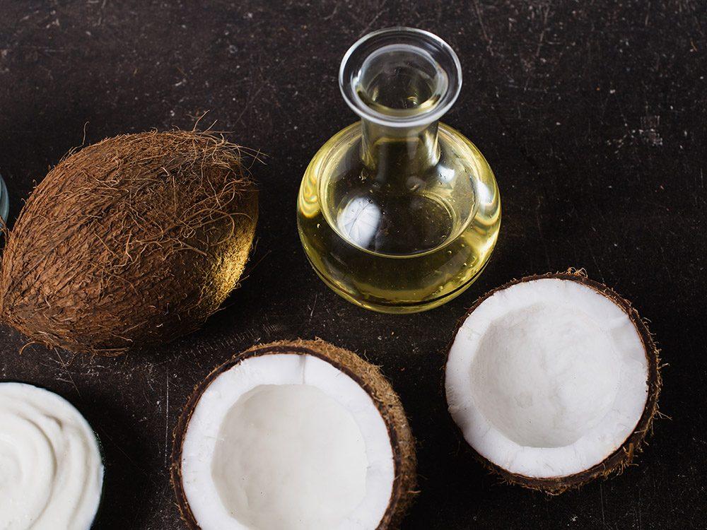 Affirmer que l'huile de coco est un pur poson: un sujet de santé controversé.