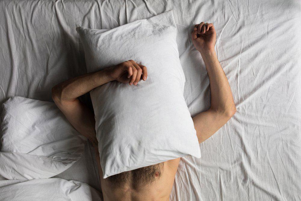 Dormir nu ou habillé est un sujet de santé controversé.