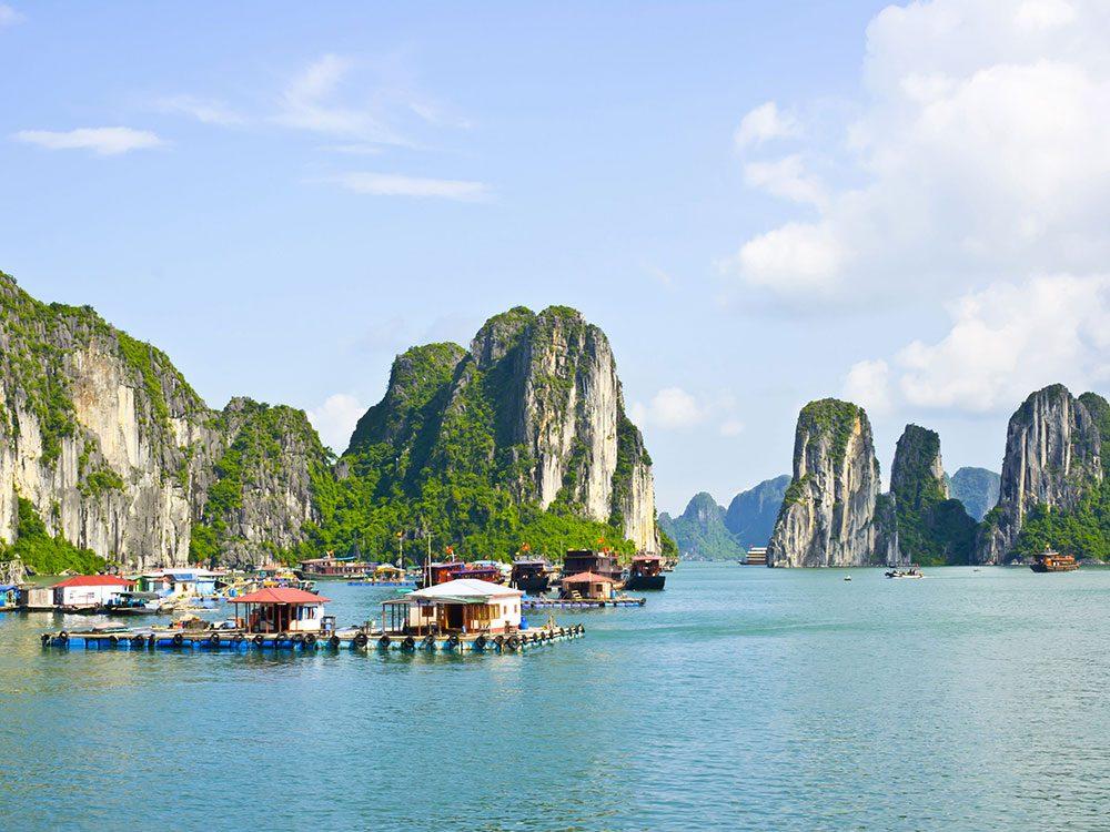 La baie de Ha Long au Vietnam en Asie du Sud Est.