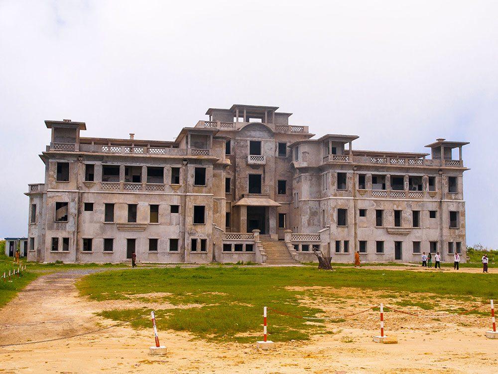 La station d'altitude de Bokor au Cambodge est un des lieux abandonnés dans le monde.